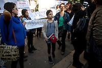 turchi manifestano , a Parigi,a favore delle proteste in Turchia contro Erdogan 3 giugno 2013 bambina con bandiera turca