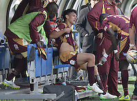 BOGOTÁ -COLOMBIA, 23-08-2015. Wilfrido de la Rosa jugador de Deportes Tolima es atendido en el banco durante partido entre Deportes Tolima y Patriotas FC por la fecha 8 de la Liga Águila II 2015 jugado en el estadio Metropolitano de Techo en Bogotá./ Wilfrido de la Rosa player of Deportes Tolima is attended on the team bench during match between Deportes Tolima and Patriotas FC for the 8th date of the Aguila League II 2015 played at Metropolitano de Techo stadium in Bogota city. Photo: VizzorImage/ Gabriel Aponte / Staff