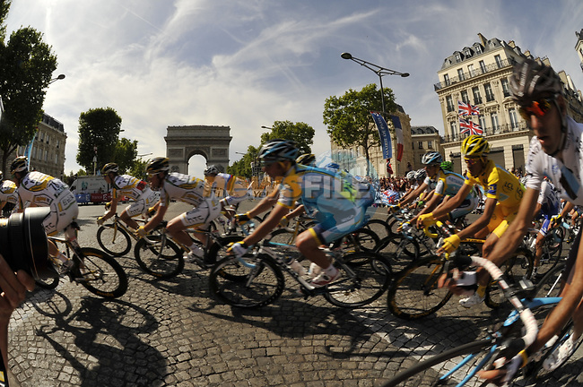 The peloton including Yellow Jersey Alberto Contador (ESP) Astana rounds the hairpin bend beneath the Arc de Triomphe at the end of the Champs Elysee during the final Stage 21 of the 2009 Tour de France running 164km from Montereau-Fault-Yonne to Paris Champs-Elysees, France. 26th July 2009 (Photo by Eoin Clarke/NEWSFILE)