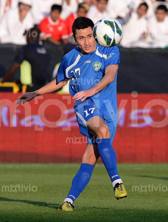 FUSSBALL   INTERNATIONAL    Vereinigte Arabische Emirate - Usbekistan     22.03.2013 Sanjar TURSUNOV (Usbekistan) am Ball
