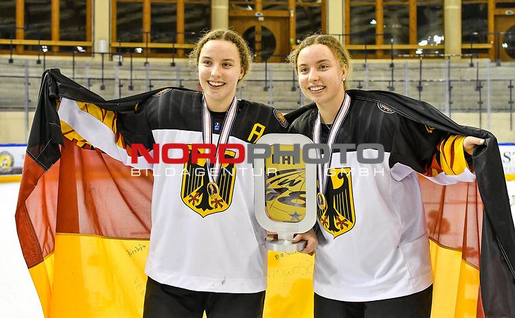 09.01.2020, BLZ Arena, Füssen / Fuessen, GER, IIHF Ice Hockey U18 Women's World Championship DIV I Group A, <br /> Siegerehrung, <br /> im Bild Lilli Welcke (GER, #23) und Luisa Welcke (GER, #13) mit dt. Flagge und Pokal<br /> <br /> Foto © nordphoto / Hafner