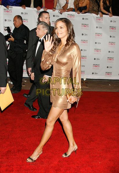 HALLE BERRY.The 33rd Annual People's Choice Awards held at The Shrine Auditorium, Los Angeles, California, USA..January 9th, 2007.full length gold metallic dress hand palm waving .CAP/ADM/RE.©Russ Elliot/AdMedia/Capital Pictures