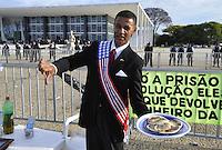 BRASÍLIA, DF, 18.09.2013: STF/MENSALÃO - Manifestantes protestam em frente ao STF durante a sessão de julgamento do mensalão, que decidiu ser favorável aos embargos infringentes.(Foto: Renato Araujo / Brazil Photo Press).