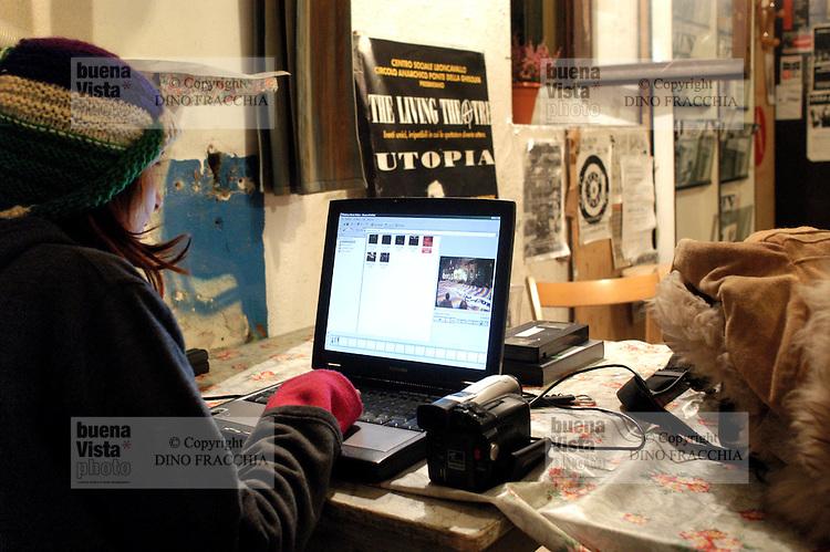 - neighborhood televisions, Telestreet network, Nomade TV of Milan, broadcast covertly  from the anarchical circle Ponte della Ghisolfa in Monza avenue....- televisioni di quartiere, circuito Telestreet, Nomade TV di Milano, trasmette clandestinamente dal circolo anarchico Ponte della Ghisolfa di viale Monza....
