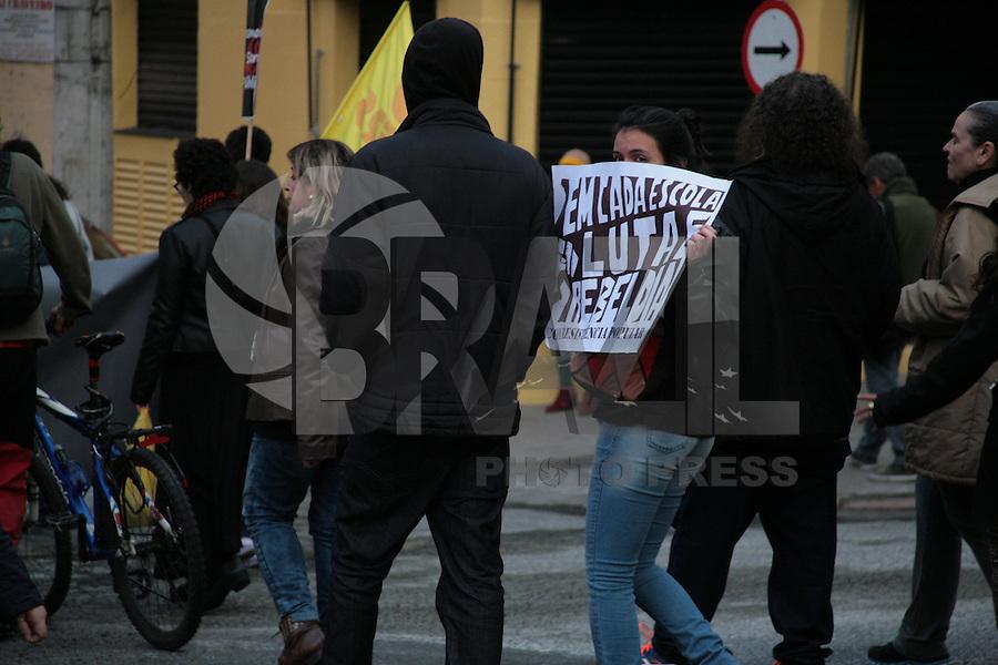 PORTO ALEGRE, RS,06.06.2016 - PROTESTO-RS - Estudantes de escolas ocupadas realizam protesto na região central de Porto Alegre nesta segunda-feira, 06. (Foto: Naian Meneghetti /Brazil Photo Press)
