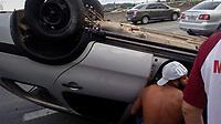 GUARULHOS, SP , 08.04.2017 - ACIDENTE-SP - Um motorista aparentemente alcoolizado capotou o seu carro na rodovia Dutra em Guarulhos sentido São Paulo KM 219 neste sábado, 08. Ninguém ficou ferido. (Foto: Nelson Gariba/Brazil Photo Press)