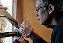 08/03/11 - PUY GUILLAUME - PUY DE DOME - FRANCE - Bernard NORE, tailleur sur cristal - Photo Jerome CHABANNE