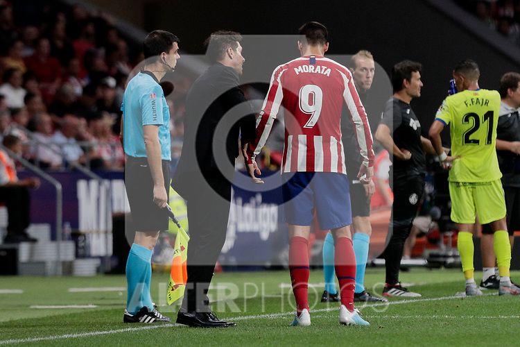 Atletico de Madrid's coach Diego Pablo Simeone have words with Alvaro Morata during La Liga match between Atletico de Madrid and Getafe CF at Wanda Metropolitano Stadium in Madrid, Spain. August 18, 2019. (ALTERPHOTOS/A. Perez Meca)