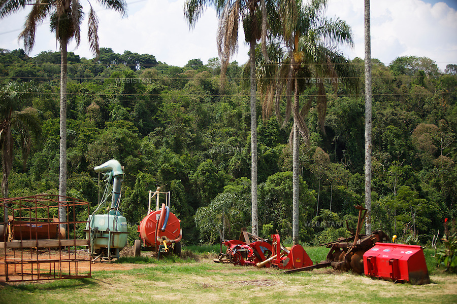 Bresil, etat Minas Gerais, Muzambinho (Nord de Sao Paulo), 30 octobre 2012.<br /> <br /> Fazenda (ferme, exploitation de cafe) Nossa Senhora da Aparecida  ( Notre-Dame de l&rsquo;Apparition ), membre du programme Nespresso AAA&nbsp; : materiel agricole pour le depulpage et le demucilage, etapes avant le sechage et la preparation du grain pour la torrefaction.<br /> Le depulpage consiste a retirer la pulpe des cerises a l&rsquo;aide d un depulpeur. On obtient du cafe parche,  c'est-a-dire le grain de cafe encore muni de son enveloppe blanche. Pour detacher le mucilage et reveler les aromes, une phase de fermentation est necessaire. Le cafe parche est abondamment lave pour eliminer la substance visqueuse appelee le mucilage. Ce &quot;dechet&quot;  est aujourd'hui recycle pour fabriquer du bioethanol utilise comme carburant mais aussi pour alimenter les fermes en electricite.<br /> Reportage les Chants de cafe_soul of coffee, realise sur les acteurs terrain du programme de developpement durable Triple AAA de Nespresso.<br /> <br /> Brazil, Minas Gerais, Muzambinho, (North of Sao Paulo), October 30, 2012 <br /> <br /> Fazenda (a coffee farm within a plantation), Nossa Senhora da Apareida (Our Lady of Aparecida), is a member of the Nespresso AAA program: Agricultural equipment for pulping and demucilage of the coffee cherries. These steps are done before the drying and preparation of the grain for roasting. Pulping removes the pulp of the cherries, leaving the coffee parchment which is the grain of coffee still in its white envelope. To detach the mucilage and reveal the aromas, a phase of fermentation is necessary. The parchment coffee is thoroughly washed to eliminate the vicious substance called mucilage. This &ldquo;waste&rdquo; is then recycled to manufacture bioethanol used as fuel and also to supply electricity to farms. <br /> Assignment: les Chants de cafe_ Soul of Coffee, implemented on the fields of Nespresso&rsquo;s AAA Sustainable Quality Program.