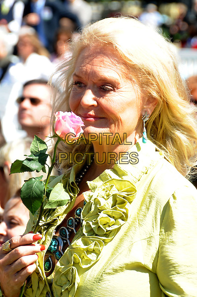 LYNN ANDERSON.At the dedication of the Nashville Music Garden, Nashville,TN, USA..September 29th, 2009.headshot portrait green ruffle shirt blouse rose flower smelling sniffing .CAP/ADM/MS.©Mike Strasinger/AdMedia/Capital Pictures.