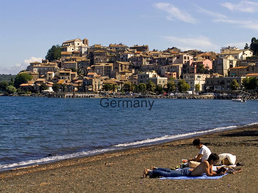 Italien, Latium, Anguillara Sabazia am Lago di Bracciano - Paar am Strand | Italy, Lazio, Anguillara Sabazia at Lago di Bracciano - couple at the beach
