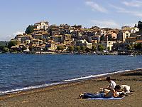 Italien, Latium, Anguillara Sabazia am Lago di Bracciano - Paar am Strand   Italy, Lazio, Anguillara Sabazia at Lago di Bracciano - couple at the beach