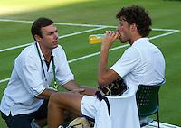 22-06-11, Tennis, England, Wimbledon, Robin Haase wordt na een val behandeld aan zijn knie