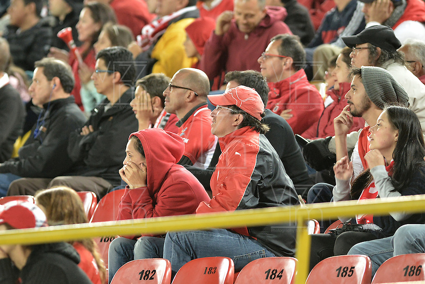 BOGOTÁ -COLOMBIA, 04-06-2016. Hinchas de Santa Fe lamentan la eliminación de su equipo después del  partido de vuelta entre Independiente Santa Fe y Cortulúa por los cuadrangulares finales de la Liga Aguila I 2016 jugado en el estadio Nemesio Camacho El Campin de la ciudad de Bogota.  / Fans of Santa Fe laments the elimnination of their team after second leg match between Independiente Santa Fe and Cortulua of the finals quadrangular of the Liga Aguila I 2016 played at the Nemesio Camacho El Campin Stadium in Bogota city. Photo: VizzorImage/ Gabriel Aponte / Staff