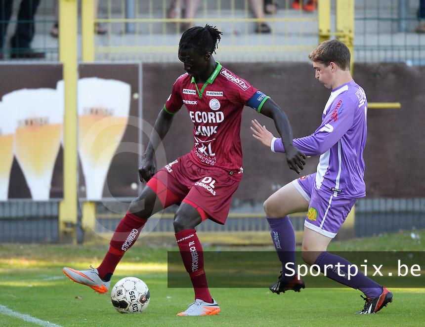 SW Harelbeke - SV Zulte Waregem : Mbaye Leye (links) aan de bal voor Niels Verschuere (r)<br /> foto VDB / BART VANDENBROUCKE