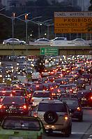SÃO PAULO, SP, 09.05.2014 – TRÂNSITO EM SÃO PAULO: Trânsito na Av. 23 de Maio, próximo ao Parque do Ibirapuera, zona sul de São Paulo na tarde desta sexta feira. (Foto: Levi Bianco / Brazil Photo Press).