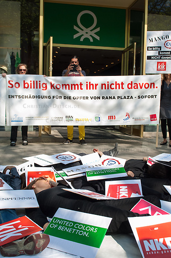 Anlaesslich des Jahrestages des Fabrikeinsturzes einer Textilfabrik in Rana Plaza in Bangladesch fordert die &quot;Kampagne fuer Saubere Kleidung&quot; und die &quot;Kampagne Eigentum verpflichtet&quot; im Verbund mit anderen Organisationen und er Gewerkschaft ver.di die verantwortlichen Textilfirmen auf, endlich substantielle Beitraege in den von der internationalen Arbeitsorganisation ILO kontrollierten Entsch&auml;digungsfonds f&uuml;r die Opfer des Ungluecks einzuzahlen.<br /> Mitglieder der Kampagne legten sich am Mittwoch den 23. April 2014 unter dem Motto &quot;So billig kommt ihr nicht davon&quot; in Berlin auf dem Kurfuerstendamm vor eine Filiale der Firma Benneton. Sie waren bedeckt mit Pappschildern, die die Truemmer der Textilfabrik in Rana Plaza symbolisieren. Auf den Pappschildern waren die Logos von Unternehmen zu sehen, die in Rana Plaza produzieren liessen: KiK, NKD, Gueldenpfennig, KANZ/ Kids Fashion Group, Adler Modemaerkte, C&amp;A, Mango und Benetton.<br /> Bei dem Unglueck in Rana Plaza waren 2013 hunderte Arbeiterinnen in der zusammengestuertzen Fabrik ums Leben gekommen.<br /> 23.4.2014, Berlin<br /> Copyright: Christian-Ditsch.de<br /> [Inhaltsveraendernde Manipulation des Fotos nur nach ausdruecklicher Genehmigung des Fotografen. Vereinbarungen ueber Abtretung von Persoenlichkeitsrechten/Model Release der abgebildeten Person/Personen liegen nicht vor. NO MODEL RELEASE! Don't publish without copyright Christian-Ditsch.de, Veroeffentlichung nur mit Fotografennennung, sowie gegen Honorar, MwSt. und Beleg. Konto:, I N G - D i B a, IBAN DE58500105175400192269, BIC INGDDEFFXXX, Kontakt: post@christian-ditsch.de<br /> Urhebervermerk wird gemaess Paragraph 13 UHG verlangt.]