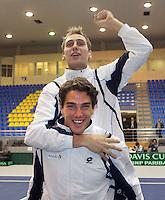 06-03-11, Tennis, Oekraine, Kharkov, Daviscup, Oekraine - Netherlands,  Feestvierende teamleden, Thiemo de Bakker op de rug van Jesse Huta Galung