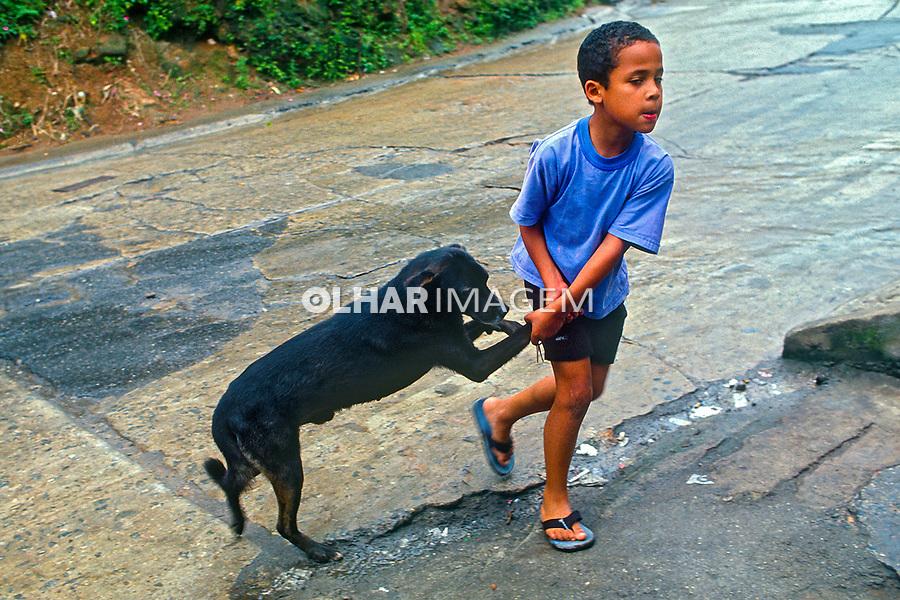 Criança com cachorro, favela da Rocinha, Rio de Janeiro. 1988. Foto de Juca Martins.