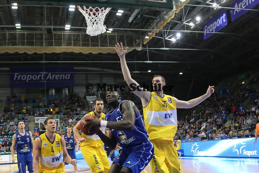 Aziz N'Diaye (Skyliners) gegen Andrea Crosariol (EWE) - Fraport Skyliners vs. EWE Baskets Oldenburg, Fraport Arena Frankfurt