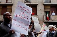 Milano: manifestazione «Occupyamo piazza Affari» per protestare contro la crisi economica e la manovra economica del Governo Monti..Un immigrato protesta per il diritto alla casa e contro gli sfratti..