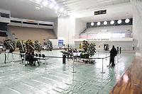 SANTOS, SP, 07 MARÇO 2013 - VELÓRIO CANTOR CHORÃO- .O Corpo do vocalista Alexandre Magno Abrão, o Chorão, da banda Charlie Brown Jr., é velado no ginásio esportivo Arena Santos, nesta quinta-feira, 07, na Baixada Santista. Chorão foi encontrado morto na manhã de hoje, em seu apartamento, em São Paulo. (FOTO: ADRIANO LIMA / BRAZIL PHOTO PRESS).