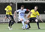 2018-02-17 / voetbal / seizoen 2017-2018 / Oosterzonen - Berchem / Toon Janssen (m) (Oosterzonen) wordt onder druk gezet door Boris Kamneng Djoum (l) (Berchem) en Thomas Vande Velde (r) (Berchem)