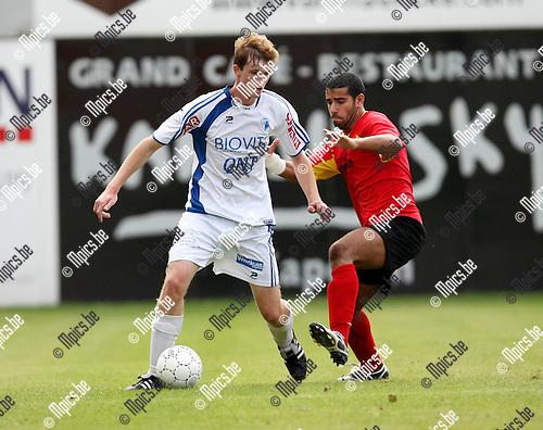 2009-09-06 / Voetbal / seizoen 2009-2010 / Kapellen - KVV Coxyde / Hamza Rizki (r, Kapellen) dringt aan bij Joachim Van Holm ..Foto: Maarten Straetemans (SMB)