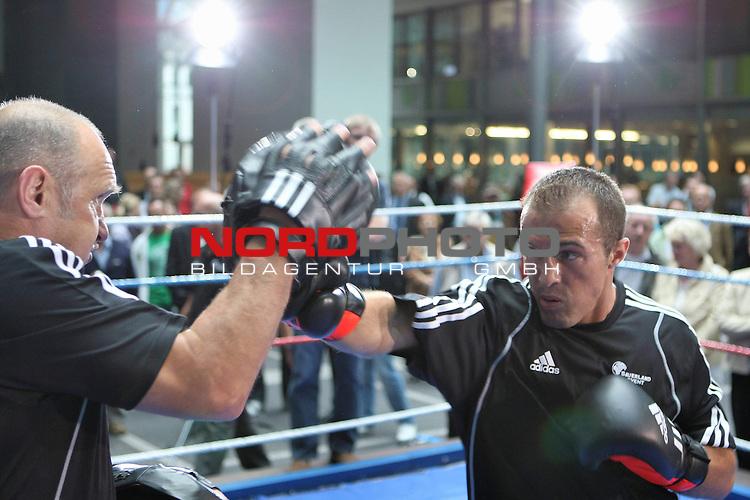 IBF-Weltmeisterschaft im Mittelgewicht - Pressetraining<br /> Arthur Abraham (GER) - Mahir Oral (GER)<br /> <br /> Frank Shabani (GER)<br /> <br /> Foto &copy; nph (  nordphoto  )<br /> <br /> *** Local Caption ***