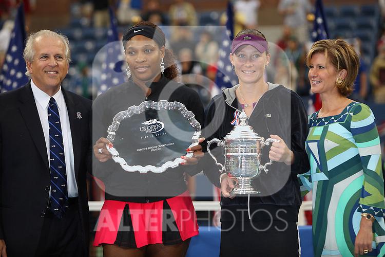 11.09.2011, Flushing Meadows, New York, USA, WTA Tour, US Open, Finale im einzel der Damen, im Bild SERENA WILLIAMS (USA) und SAMANTHA STOSUR (AUS) mit den Pokal // during WTA Tour US Open tennis tournament at Flushing Meadows, women singles final, New York, USA on 11/09/2011. EXPA Pictures © 2011, PhotoCredit: EXPA/ Newspix/ Marek Janikowski +++++ ATTENTION - FOR AUSTRIA/(AUT), SLOVENIA/(SLO), SERBIA/(SRB), CROATIA/(CRO), SWISS/(SUI) and SWEDEN/(SWE) CLIENT ONLY +++++