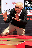 Stan Lee bei seiner Hand and Footprints Ceremony am TCL Chinese Theatre Hollywood. Los Angeles, 18.07.2017