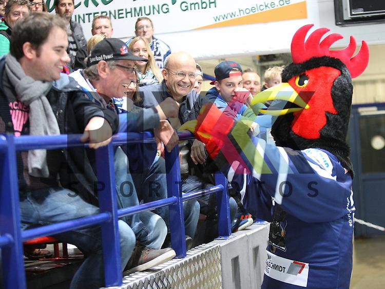 Rooster bei den Fans beim Spiel in der DEL Iserlohn Roosters - Hamburg Freezers.<br /> <br /> Foto &copy; PIX-Sportfotos *** Foto ist honorarpflichtig! *** Auf Anfrage in hoeherer Qualitaet/Aufloesung. Belegexemplar erbeten. Veroeffentlichung ausschliesslich fuer journalistisch-publizistische Zwecke. For editorial use only.