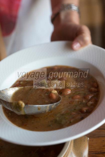 Europe/France/2A/Corse du Sud/Levie : Ferme-Auberge: A PIgnata , Service de la soupe de légumes au pistou,