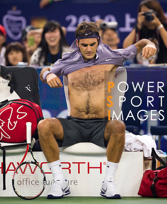 SHANGHAI, CHINA - OCTOBER 14:  Roger Federer of Switzerland changes his jersey during his match against Andreas Seppi of Italy during day four of the 2010 Shanghai Rolex Masters at the Shanghai Qi Zhong Tennis Center on October 14, 2010 in Shanghai, China.  (Photo by Victor Fraile/The Power of Sport Images) *** Local Caption *** Roger Federer