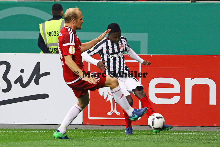 Tobias Levels (FC Ingolstadt 04) gegen Taleb Tawatha (Eintracht Frankfurt) - 25.10.2016: Eintracht Frankfurt vs. FC Ingolstadt 04, 2. Hauptrunde DFB-Pokal, Commerzbank Arena