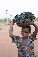"Afrika Westafrika Mali -  Maedchen verkauft Holzkohle zum Kochen - Energie xagndaz | .Africa Mali - girl sell charcoal as cooking fuel - energy  .| [ copyright (c) Joerg Boethling / agenda , Veroeffentlichung nur gegen Honorar und Belegexemplar an / publication only with royalties and copy to:  agenda PG   Rothestr. 66   Germany D-22765 Hamburg   ph. ++49 40 391 907 14   e-mail: boethling@agenda-fototext.de   www.agenda-fototext.de   Bank: Hamburger Sparkasse  BLZ 200 505 50  Kto. 1281 120 178   IBAN: DE96 2005 0550 1281 1201 78   BIC: ""HASPDEHH"" ,  WEITERE MOTIVE ZU DIESEM THEMA SIND VORHANDEN!! MORE PICTURES ON THIS SUBJECT AVAILABLE!! ] [#0,26,121#]"