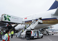 A380 von Singapore Airlines auf dem Frankfurter Flughafen - Frankfurt 23.10.2019: Schüler machen Zeitung bei Singapore Airlines