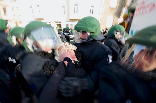 Mehrere tausend Menschen protestierten am Samstag den 18. Januar 2014 in Magdeburg gegen eine Demonstration von ca. 700 Neonazis. Die Nazis demonstrierten in Gedenken an die Bombardierung von Magdeburg am 16.1.1945 durch die Alliierten.<br />Die Polizei verhinderte erfolgreich alle Blockadeversuche der Gegendemonstranten. Daf&uuml;r waren Polizeieinheiten aus Berlin, Niedersachsen, Sachsen und Hessen nach Magdeburg beordert worden.<br />Im Bild: Beamte der 21. Einsatzhunderschaft der Berliner Polizei nehmen in einer Protest-Kundgebung vor dem Bahnhof Magdeburg-Neustadt eine Frau fest. Der Zugfuehrer mit der Dienstnummer 21100 drueckt dabei der Frau mit seinen Fingern mit einem sog. Schmerzgriff die Augen ein.<br />18.1.2014, Magdeburg<br />Copyright: Christian-Ditsch.de<br />[Inhaltsveraendernde Manipulation des Fotos nur nach ausdruecklicher Genehmigung des Fotografen. Vereinbarungen ueber Abtretung von Persoenlichkeitsrechten/Model Release der abgebildeten Person/Personen liegen nicht vor. NO MODEL RELEASE! Don't publish without copyright Christian-Ditsch.de, Veroeffentlichung nur mit Fotografennennung, sowie gegen Honorar, MwSt. und Beleg. Konto:, I N G - D i B a, IBAN DE58500105175400192269, BIC INGDDEFFXXX, Kontakt: post@christian-ditsch.de<br />Urhebervermerk wird gemaess Paragraph 13 UHG verlangt.]