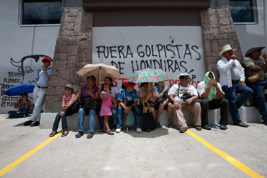 1 july 2009 - Tegucigalpa, Honduras - Supporters of ousted President Manuel Zelaya during a protest in Tegucigalpa, capital of Honduras. Zelaya has been forced into exile after being arrested by a group of soldiers in an apparent military coup..Photo credit: Benedicte Desrus