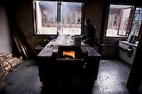 Una antica fornace per la lavorazione della seta in una fabbrica di Wuzhen. Wuzhen è una piccola città della provincia dello Zhejiang chiamata anche la Venezia d'Oriente per la caratteristica dei canali che corrono lungo i vicoli dell'antica città. E' anche riconosciuta come uno dei centri più importanti per la produzione e la lavorazione della seta nell'antichità. Ancora sono presenti alcune piccole ditte che continuano a lavorare la seta con gli stessi metodi di come si faceva da secoli. Nonostante sia diventata una meta turistica ancora si può respirare la vecchia Cina passeggiando tra i vecchi vicoli costruiti con la pietra e rimasti intatti nei secoli.