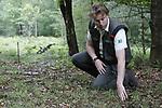 Foto: VidiPhoto<br /> <br /> ELSPEET – Het wolvenpaar op de Noord-Veluwe zet zowel boswachters en jachtopzieners als schaapherders en publiek op scherp. Boswachter Lennard Jasper (foto) van Staatsbosbeheer is verantwoordelijk voor de bescherming van de wolven, terwijl de Elspeetse schaapskudde de eerste is die zich beveiligt tegen de wolven. De vier kralen op de Noord-Veluwe zijn of worden allemaal voorzien van stroomdraad. Ondertussen voelt het publiek zich in het gebied geenszins bedreigd.