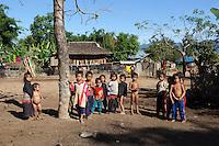 Myanmar, (Burma), Shan State, Kengtung: Ann tribe children | Myanmar (Birma), Shan Staat, Kengtung: Kinder des Ann Volksstammes betrachten Touristen, die ihr Dorf besuchen
