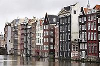 Nederland Amsterdam 2018. Huizen aan de overkant van het Damrak. Foto Berlinda van Dam / Hollandse Hoogte