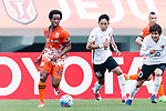 Jeju United Forward Magno Da Cruz (L) fights for the ball with Urawa Reds Defender Moriwaki Ryota (C) during the AFC Champions League 2017 Round of 16 match between Jeju United FC (KOR) vs Urawa Red Diamonds (JPN) at the Jeju Sports Complex on 24 May 2017 in Jeju, South Korea. Photo by Yu Chun Christopher Wong / Power Sport Images