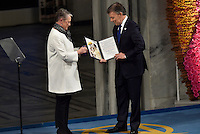 OSLO -NORUEGA-10-DICIEMBRE-2016   El Presidente Juan Manuel Santos recibe el Premio Nobel de Paz 2016 de manos de la representante del Comité Noruego del Nobel, Berit Reiss-Andersen, en un hecho histórico para Colombia y que marcan el fin de 50 años de guerra./ Berit Reiss-Andersen from Norway, President Juan Manuel Santos of Colombia receives his Nobel Peace Prize Award during the Nobel Peace Prize ceremony at Oslo Town Hall on December 10, 2016 in Oslo, Norway./ Photo: VizzorImage / César Carrión / SIG