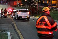 SÃO PAULO, SP, 03.08.2015: ACIDENTE-SP - Um motociclista morreu após ser atingido por um Renault Sandero branco na Avenida Doutor Luís Aires, região leste de São Paulo, SP, nesta segunda-feira, 03. O caso foi encaminhado para o 50° DP do Itaim Paulista. ( Foto: Fernando Neves / Brazil Photo Press)