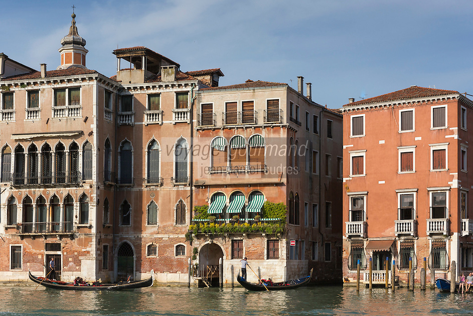 Italie, Vénétie, Venise:   Gondoles sur le Grand Canal  // Italy, Veneto, Venice:  Gondolas on the Grand Canal