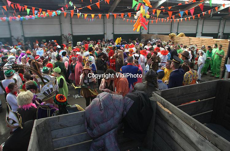 Foto: VidiPhoto..ZETTEN - De meeste carnavalsverenigingen hebben maandag hun feest voortgezet met het zogenaamde frühshoppen, een soort kroegentocht die 's morgens al begint. De Deurdouwers uit Herveld-Andelst begonnen hun bierontbijt in de voormalige groenten- en fruitveiling Midden-Betuwe in Zetten tussen de fruitkisten. Dinsdag is de laatste carnavalsdag, daarna begint voor de rooms-katholieke feestvierders de kater en de vastentijd..