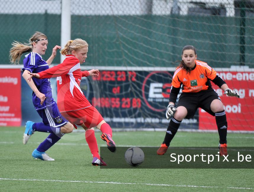AA Gent Ladies U16 - RSC Anderlecht : Elena Dhont met het schot.foto DAVID CATRY / Nikonpro.be
