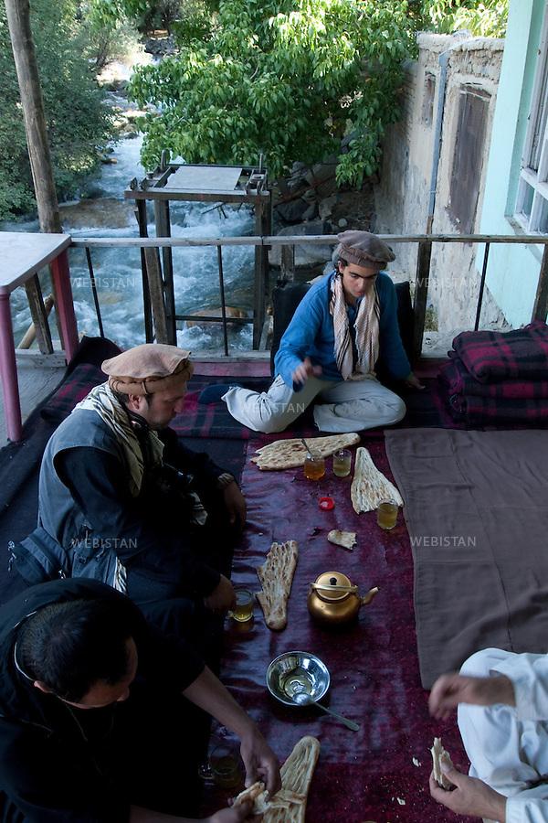 AFGHANISTAN - BAZARAK - 13 aout 2009 : Delazad Deghati dans une maison de the (Chai Khana) sur la riviere...AFGHANISTAN - BAZARAK  - August 13th, 2009 : Delazad Deghati in a tea house (Chai Khana) on the river's edge.